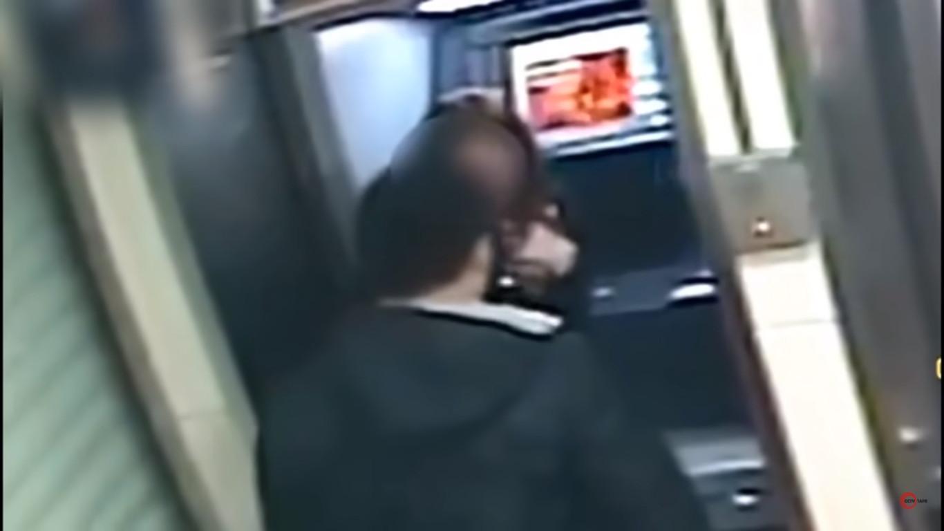 Ladrão devolve dinheiro a mulher no multibanco quando lhe vê o saldo