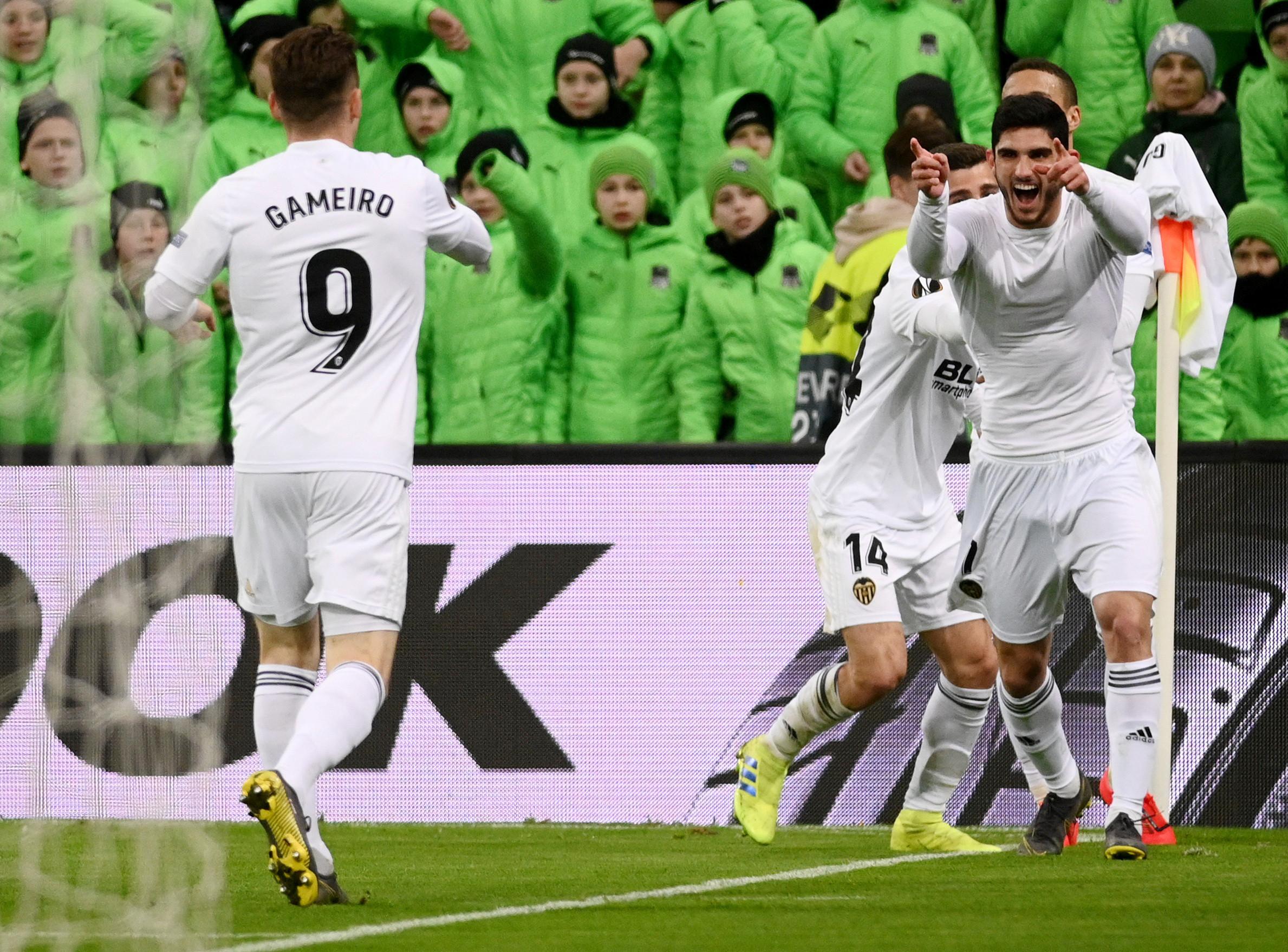 Gonçalo Guedes e Garay abatem Real Madrid no Mestalla