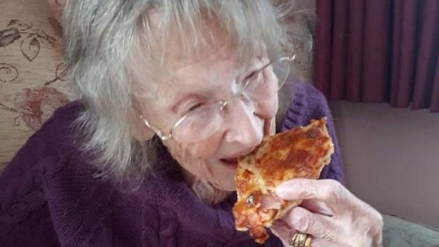 Mulher volta a comer pizza após promessa feita ao marido há 70 anos