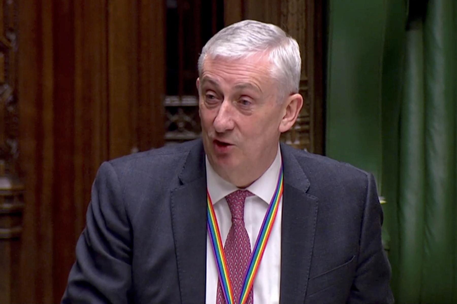 Parlamento britânico 'em queda'. Teto cede e interrompe sessão
