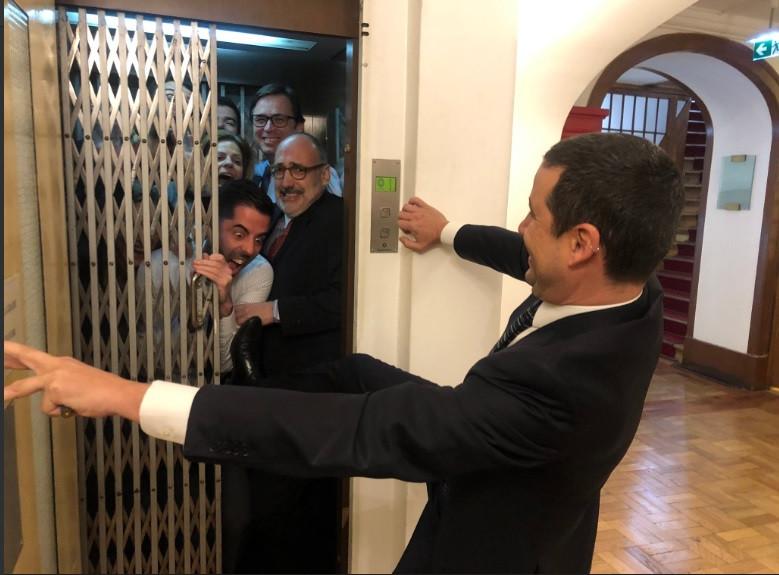Funcionários obrigados a usar elevador? Galamba responde com humor