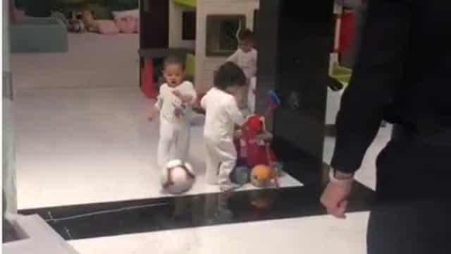 Novo craque em preparação? Com um ano, filho de Ronaldo já joga com o pai