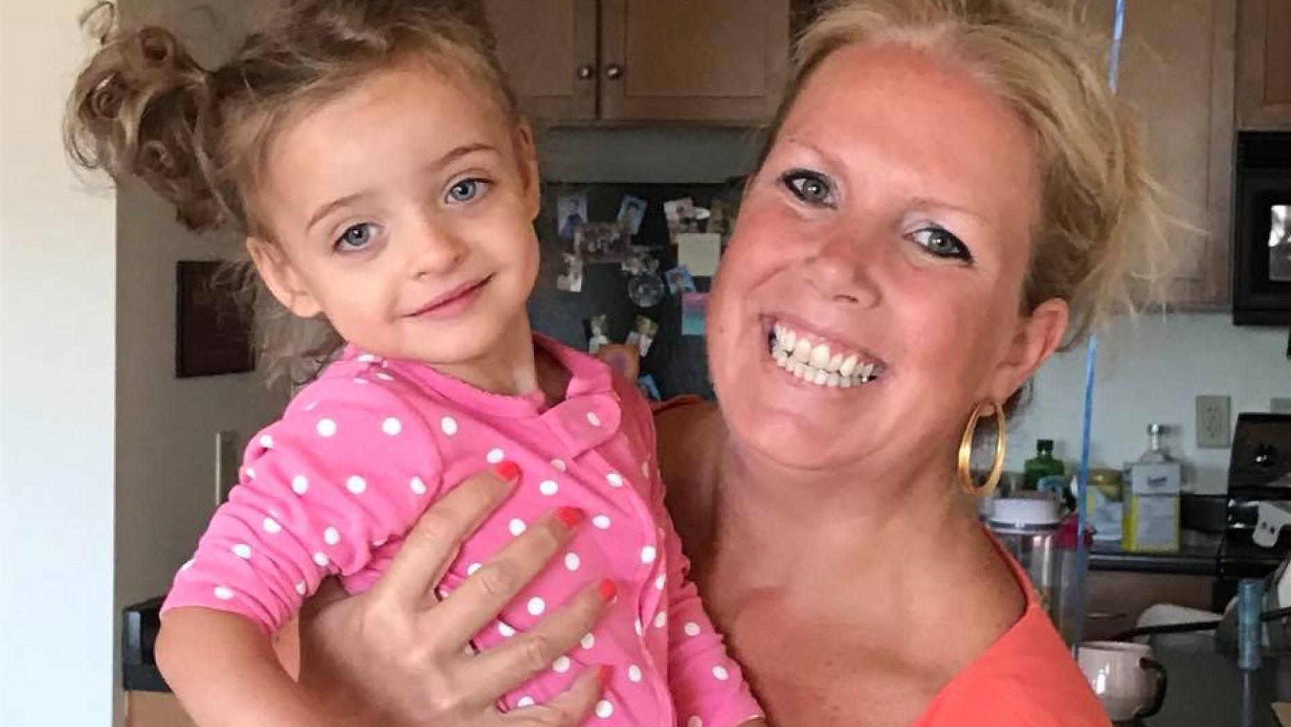 Enfermeira adota criança internada durante meses sem receber visitas