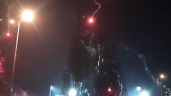 Impedidos de entrar no estádio, ultras atiram tochas de... paraquedas