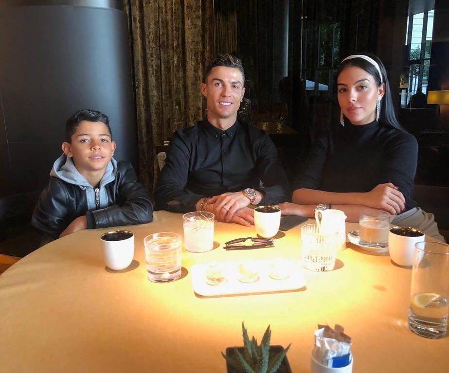 Lesionado, CR7 aproveita para almoçar com a namorada e filho