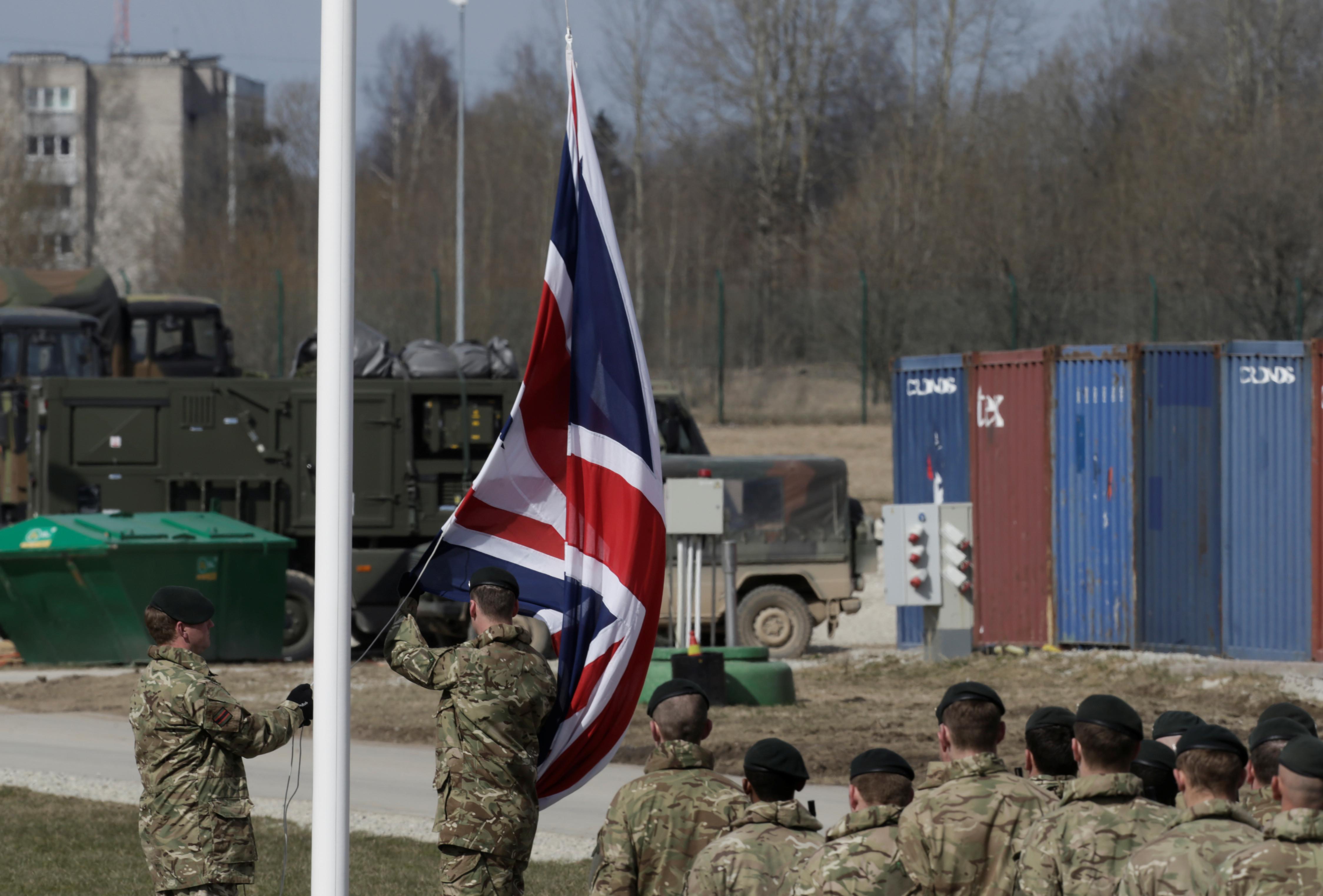 Seis militares britânicos detidos por abuso sexual de recruta de 17 anos