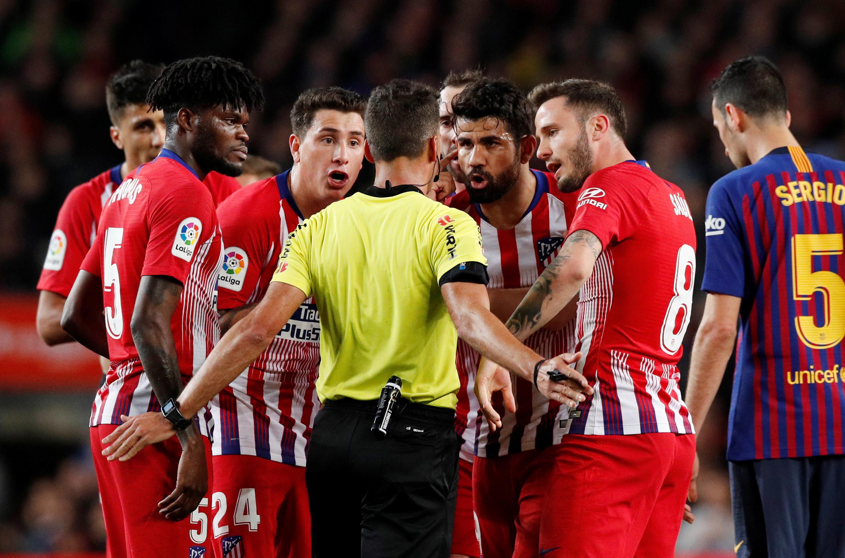 Diego Costa insulta o árbitro e Piqué retira o avançado do relvado