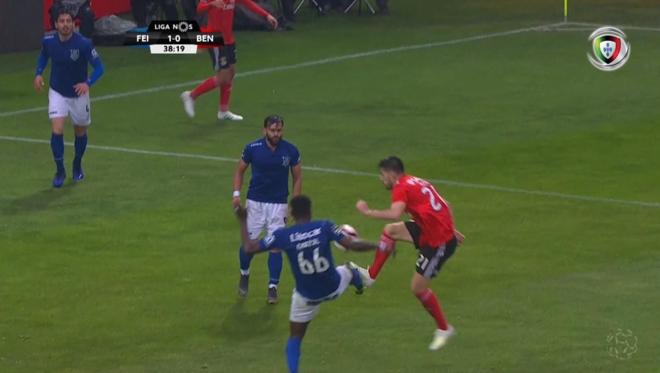 João Pinheiro foi ao VAR, marcou penálti e Pizzi igualou
