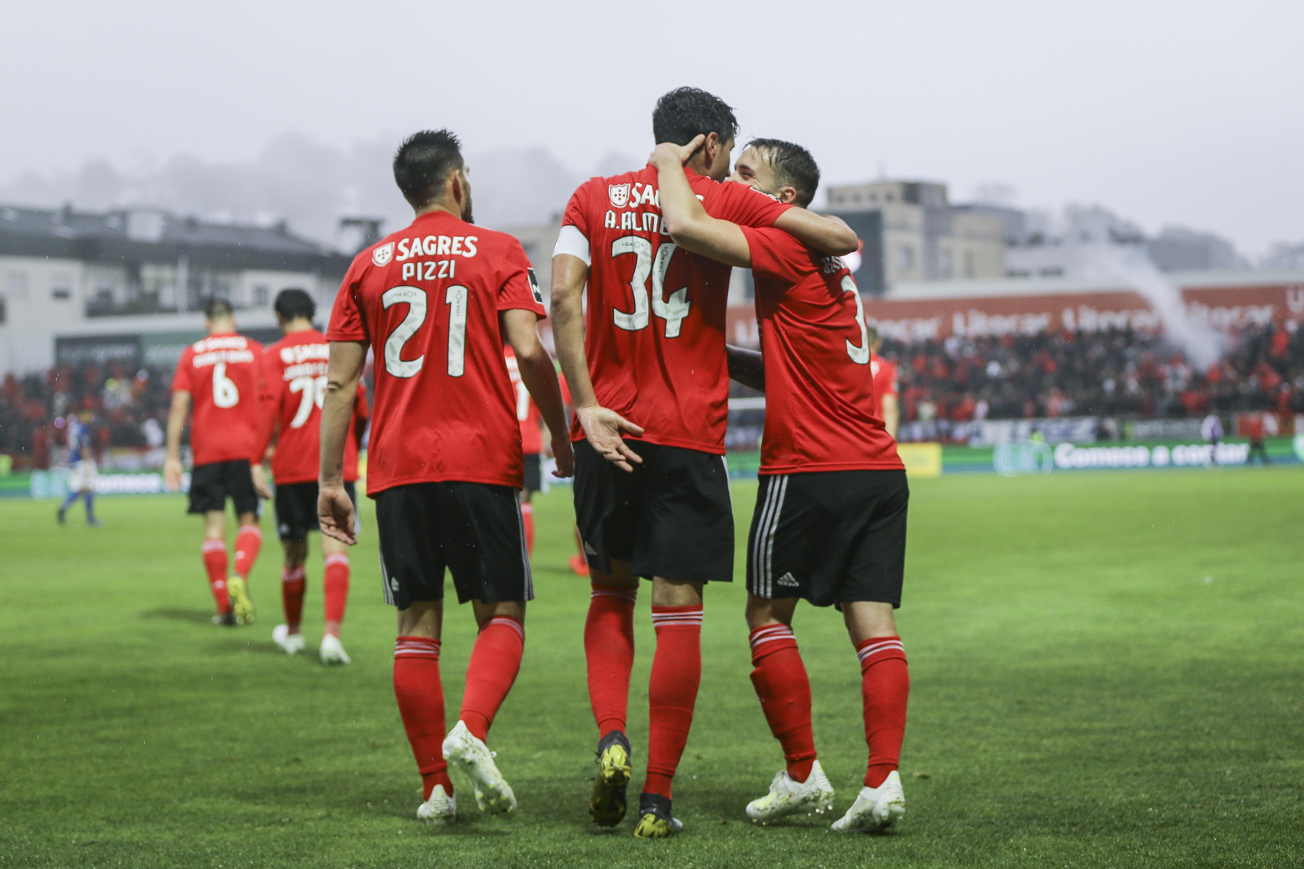 Golos, emoção e polémica. Benfica é líder e Feirense é quase de segunda