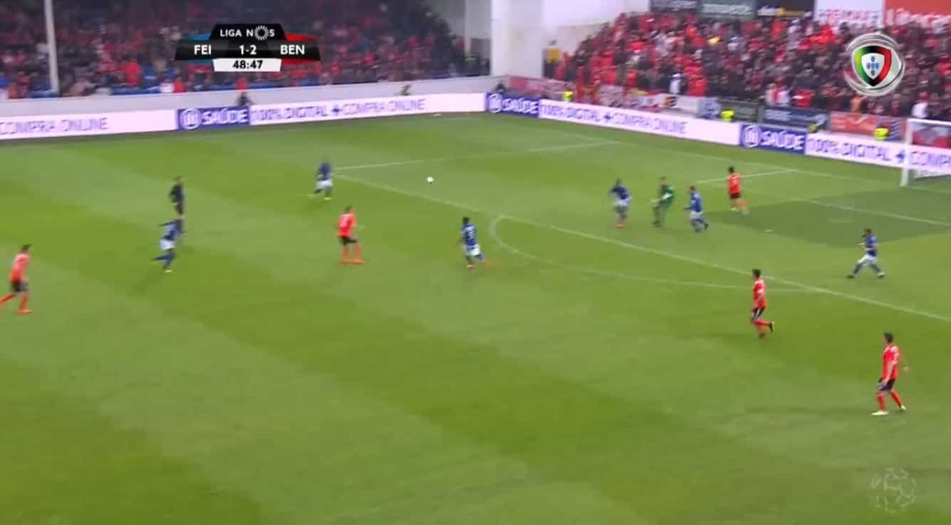 'Chapéu' incrível de Seferovic dilatou a vantagem do Benfica