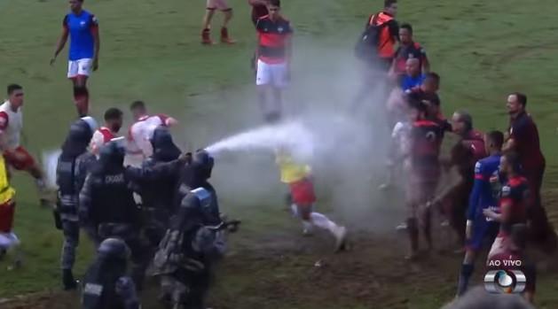 Clássico brasileiro termina em pancadaria e polícia teve de intervir
