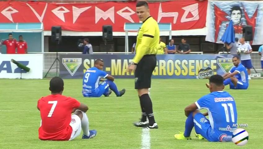 Apito inicial e jogadores sentam-se em protesto contra salários em atraso