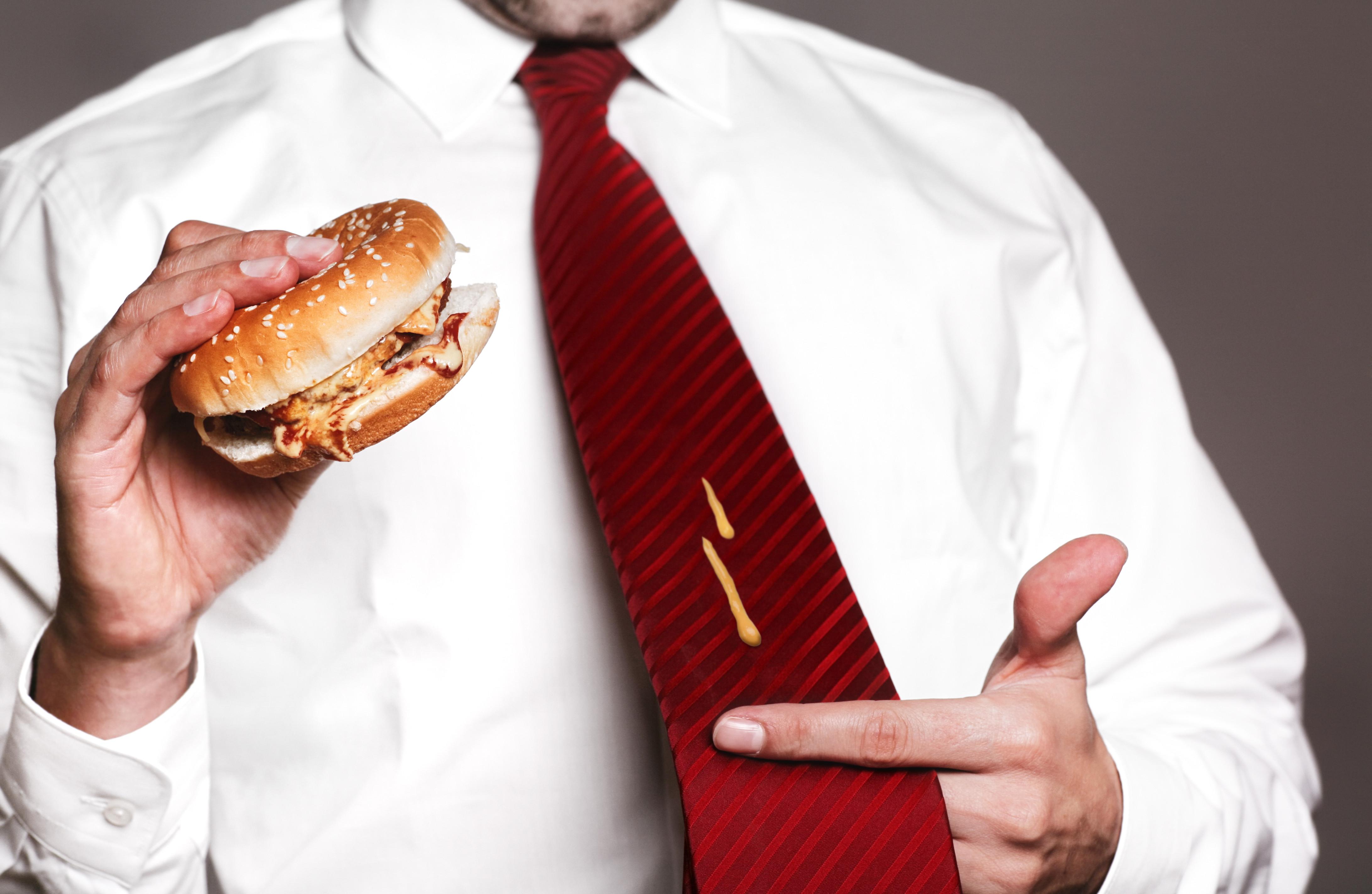 Pó de talco e champô. Mais 6 outros métodos de remover manchas de gordura