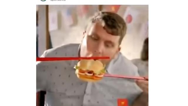Comer hambúrguer com paus. O anúncio que oBurguerKing teve de eliminar