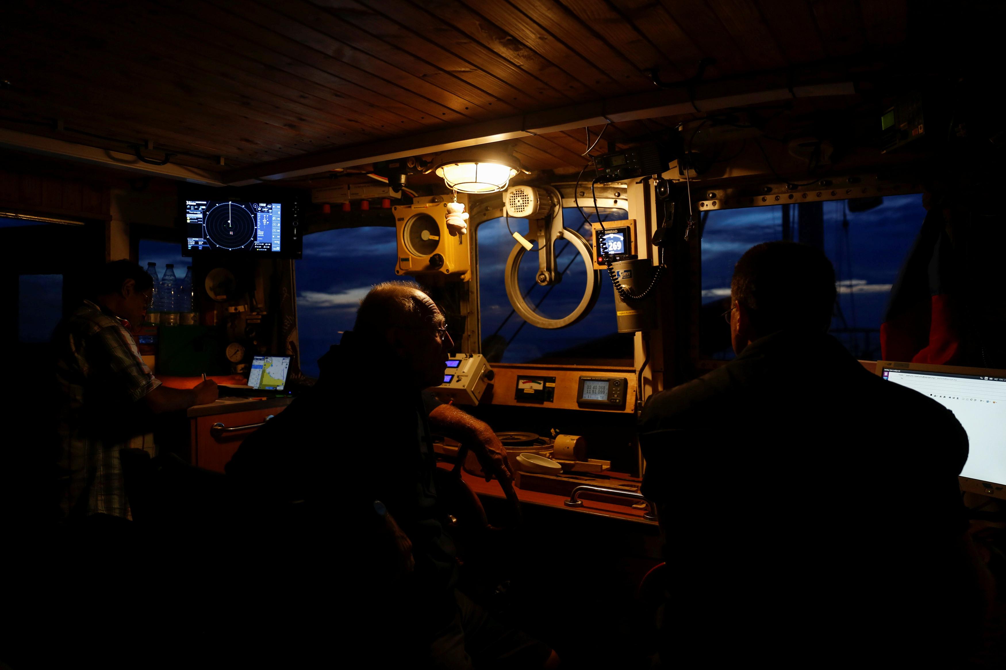 Navio com 64 migrantes preso no mar há sete dias está sem água nem comida