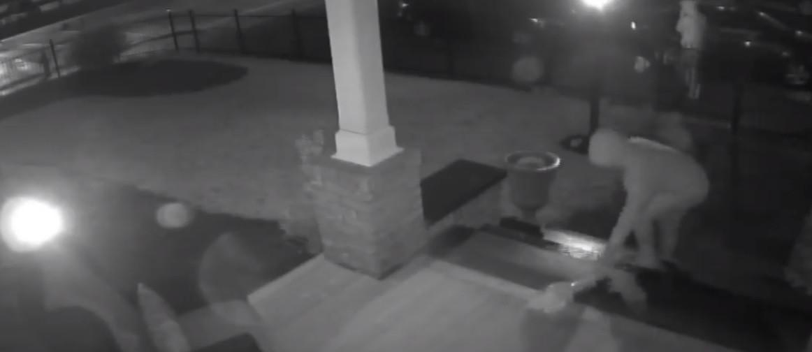Ladrões devolveram estátua que roubaram e... deixaram flores e cartão