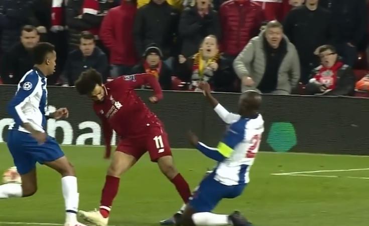 Salah entrou com tudo sobre Danilo, mas nem cartão amarelo mereceu