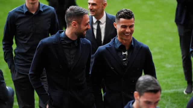 Noite agitada para a Juventus. Adeptos do Ajax deram 'show de pirotecnia'