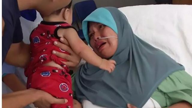 Mãe que entrou em coma durante o parto conhece o filho 5 meses depois