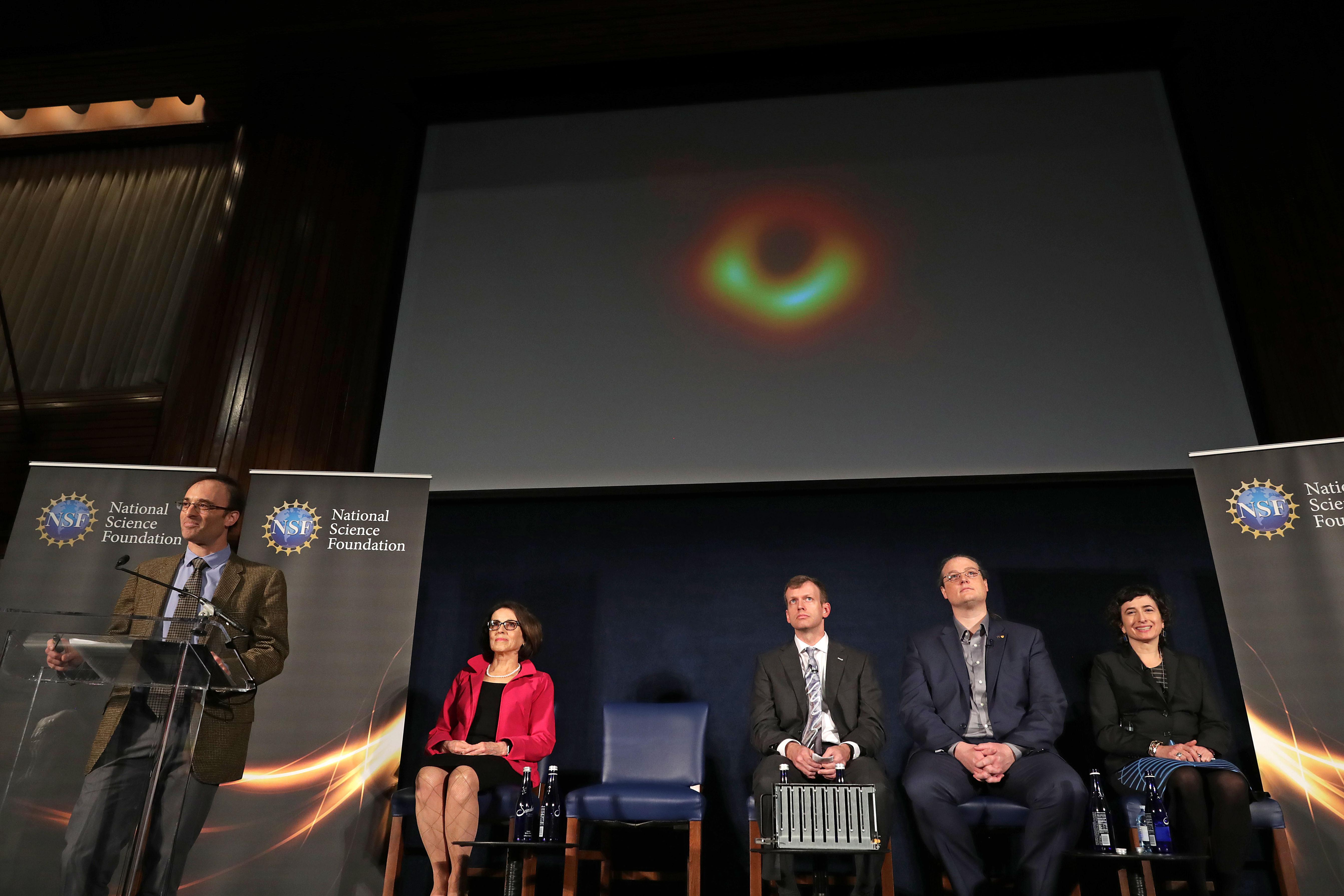 Observar buraco negro é como ler em Paris jornal exposto em Nova Iorque