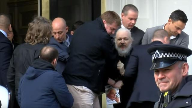 Assange saiu arrastado da embaixada mas com um livro na mão. Porquê?