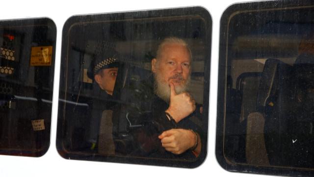 Pai de Assange diz que filho sofreu tortura psicológica na embaixada