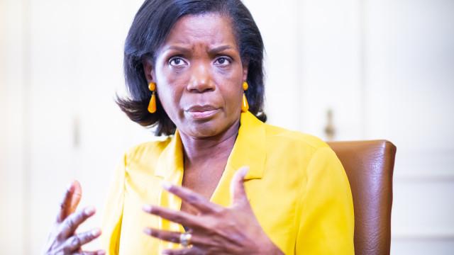 Reclusos poderão vir a ter telemóveis nas prisões, revela ministra
