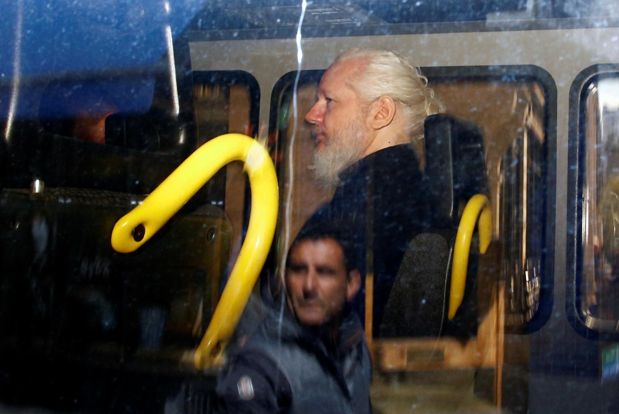 Juiz declara Assange culpado por violação da liberdade condicional