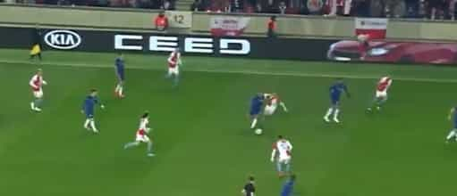 Hazard brilhou em Praga com esta finta que trocou os olhos aos rivais