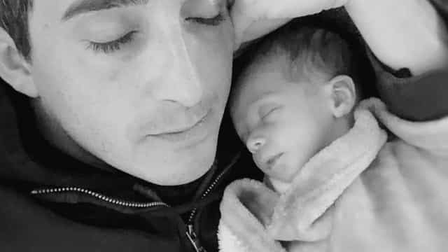 Radiante com a paternidade, Manuel Melo 'derrete' fãs com foto ternurenta