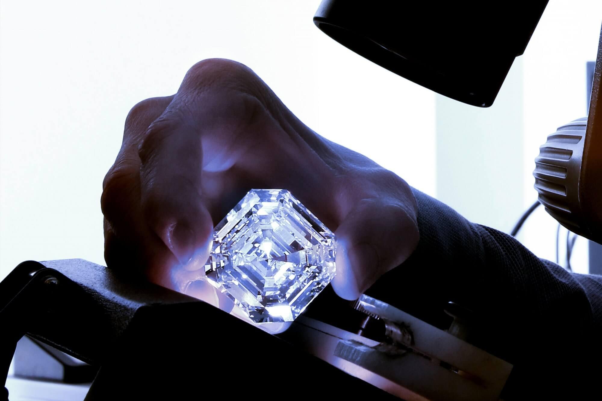 Maior diamante de corte esmeralda do mundo está à venda... mas sem preço