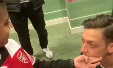 O ternurento momento em que uma criança cega conhece o ídolo Ozil