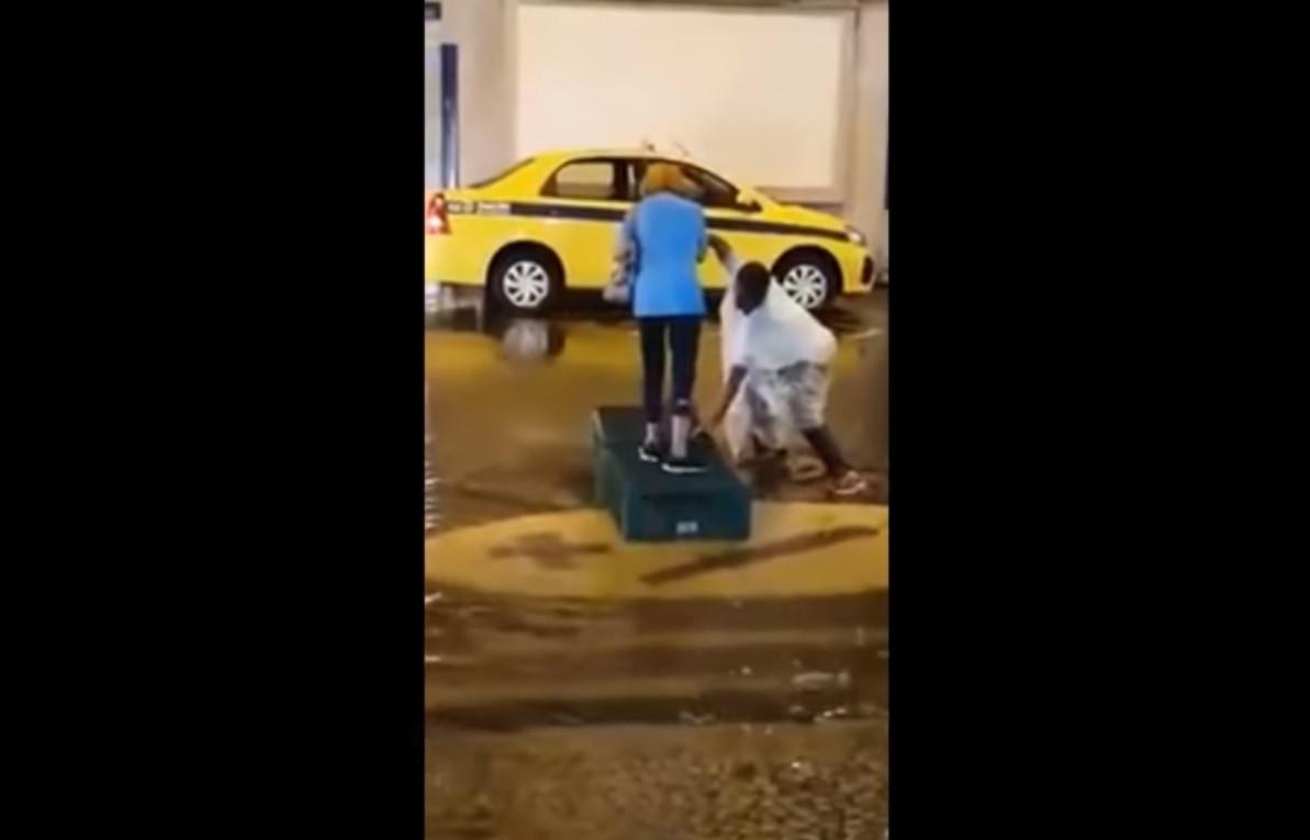 Arrumador ajudou idosa a atravessar a rua assim e internautas criticaram