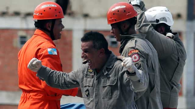 """""""Melhor imagem da manhã"""". Bombeiro celebra resgate de vítima no Brasil"""