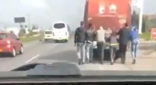 Jogadores de clube colombiano 'obrigados' a empurrar autocarro avariado