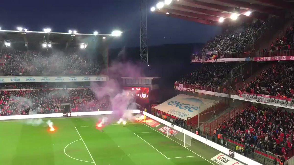 Tochas e distúrbios nas bancadas suspendem Standard-Anderlecht