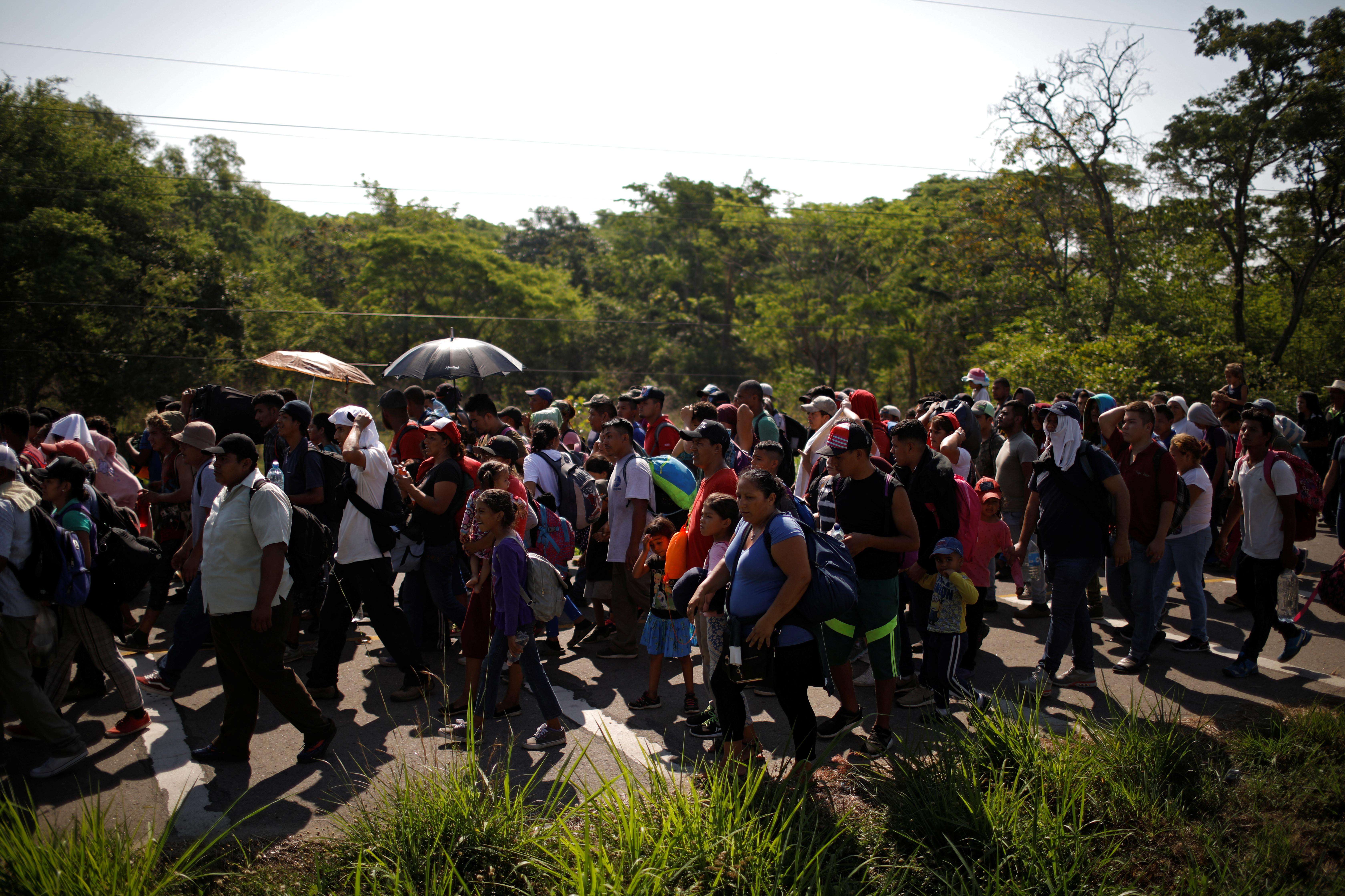 Migrantes partem portão fronteiriço e forçam entrada no México