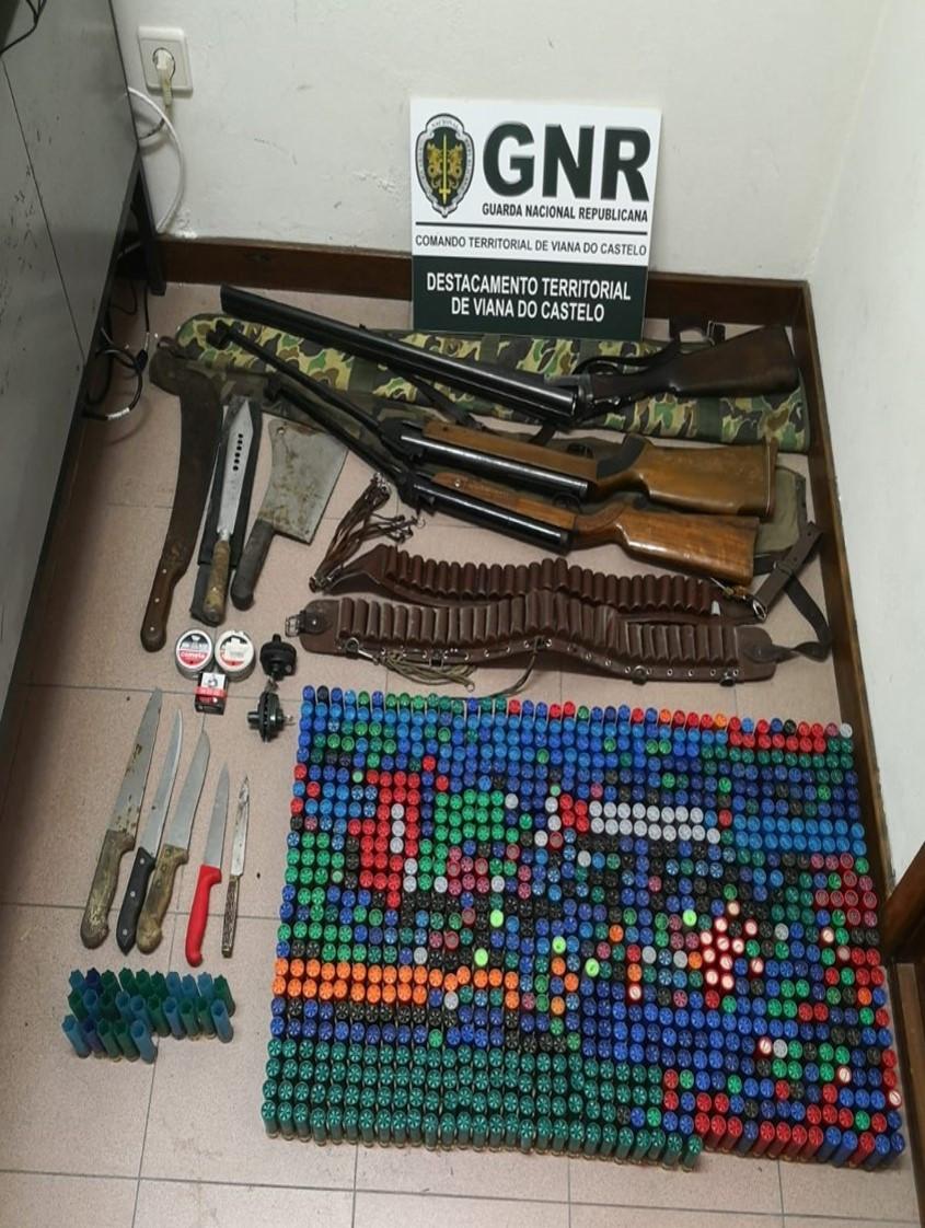Idoso ameaça familiar com uma arma de fogo. GNR apreende-lhe 11
