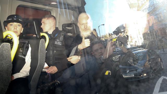 Parlamentares britânicos querem que Assange responda por violação