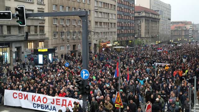 """Milhares protestaram em Belgrado contra """"autoritarismo"""" do presidente"""