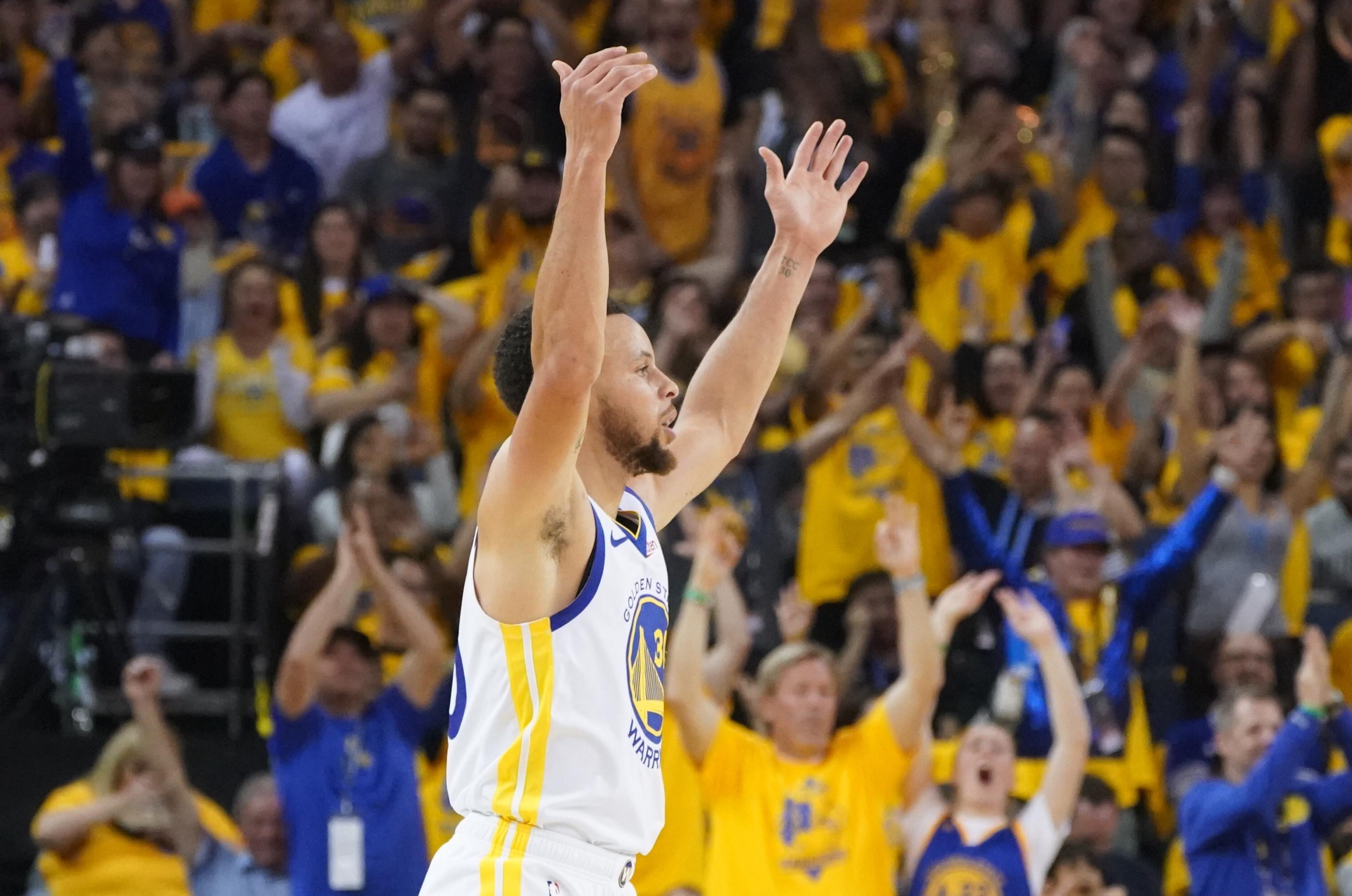 Stephen Curry escreve mais uma página de história na NBA