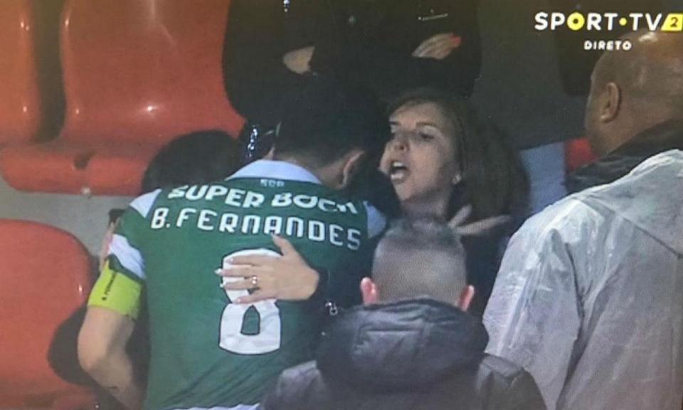 Bruno Fernandes foi às bancadas e uma adepta tentou agredi-lo