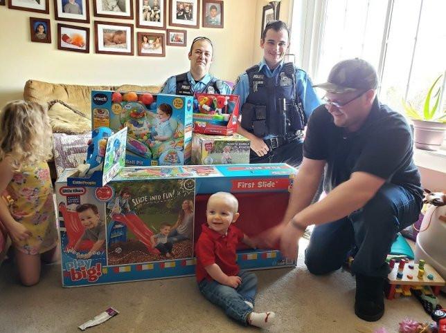 Prendas de aniversário de bebé foram roubadas. Polícias compraram novas