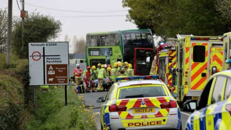 Pelo menos um morto após autocarro chocar com carros no Reino Unido