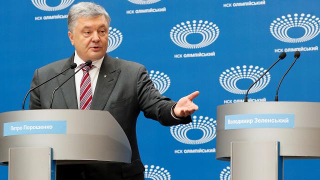 Opositor não comparece e presidente ucraniano faz debate sozinho