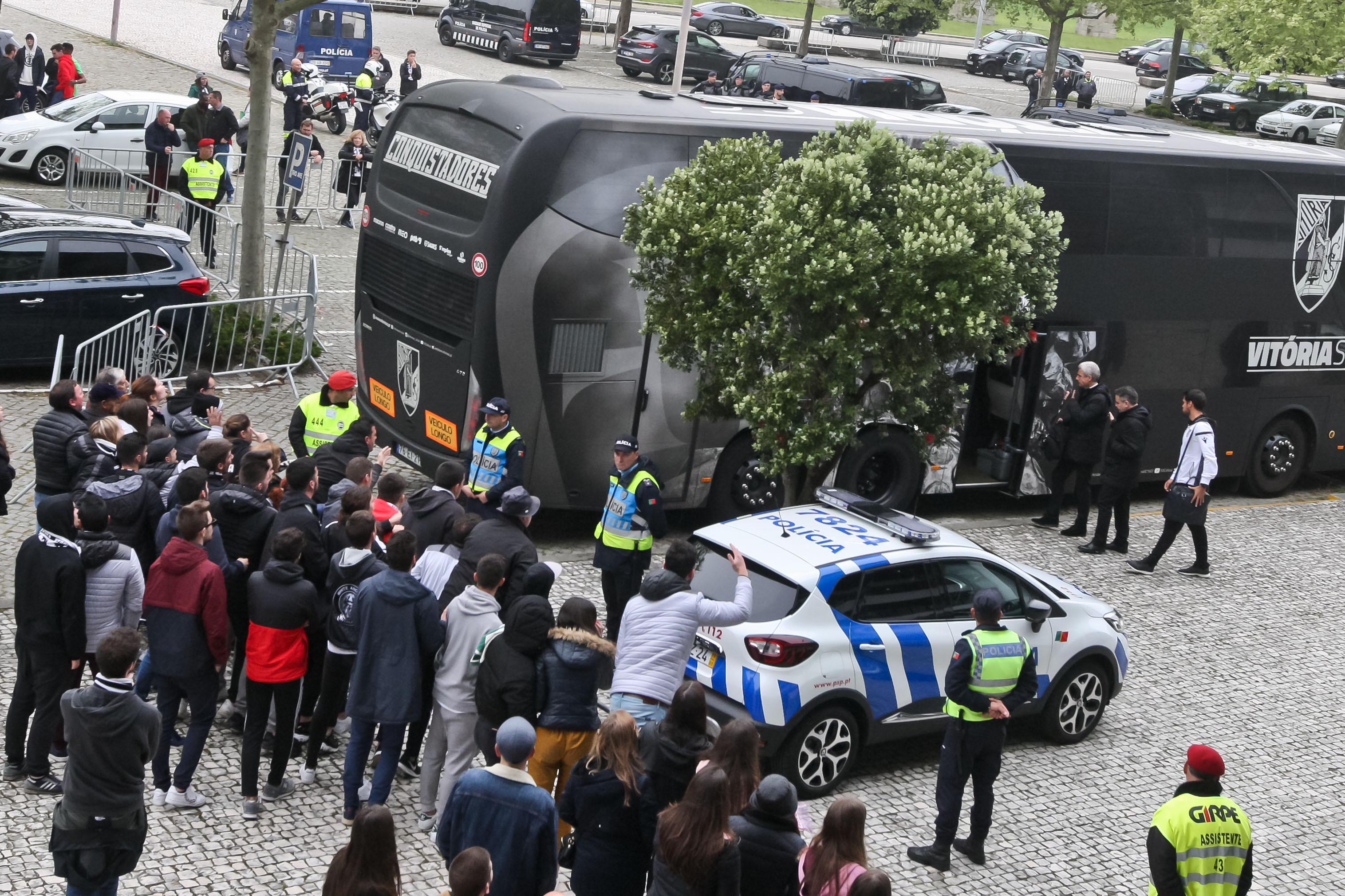 """Luís Castro 'apertado' e insultado após nova derrota: """"Joguem à bola"""""""