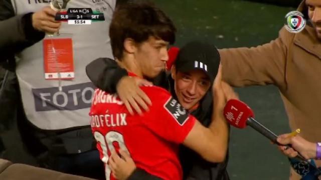 Depois de duas assistências, João Félix marca e abraça o irmão
