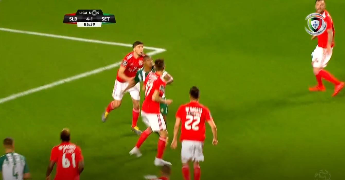 Rúben Dias tocou na cara de Vasco Fernandes e o árbitro assinalou penálti