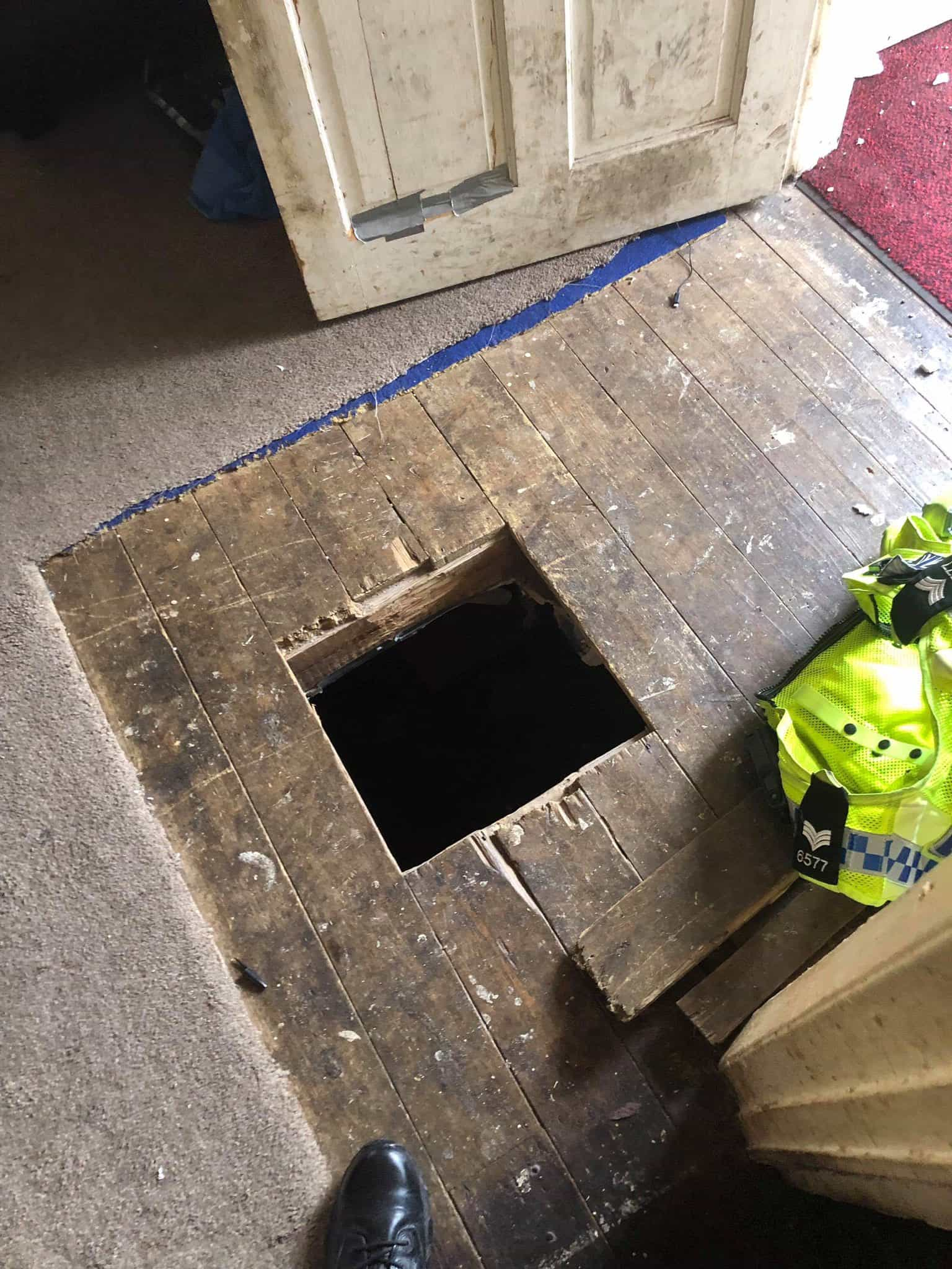 Perseguido pela polícia, homem foge por um túnel que tinha feito em casa
