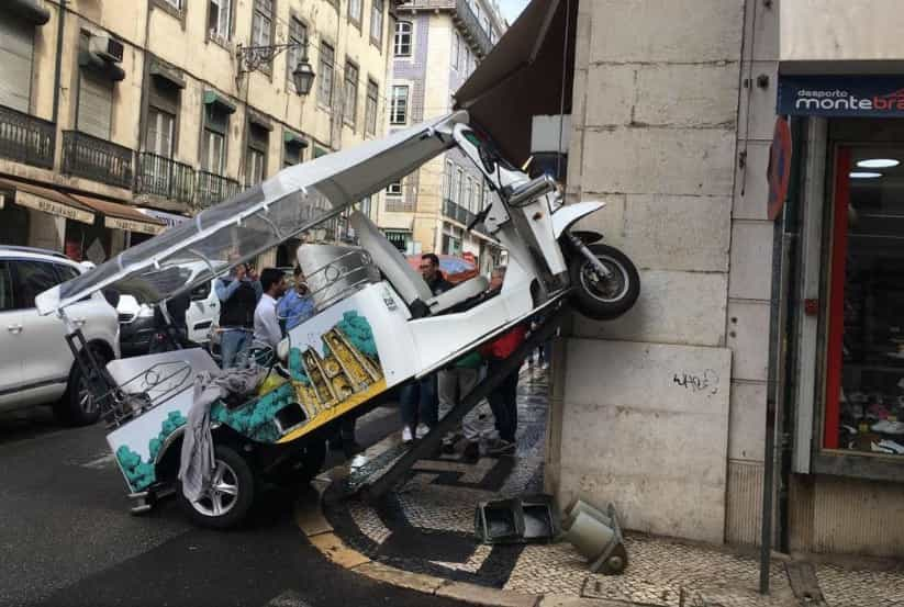 Tuk-tuk despistou-se na Baixa de Lisboa e embateu em semáforo